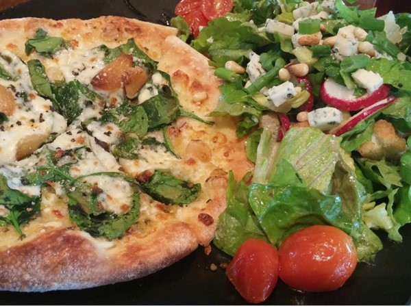 Spinaci E Aglio Pizza paired with the Eight Color Salad