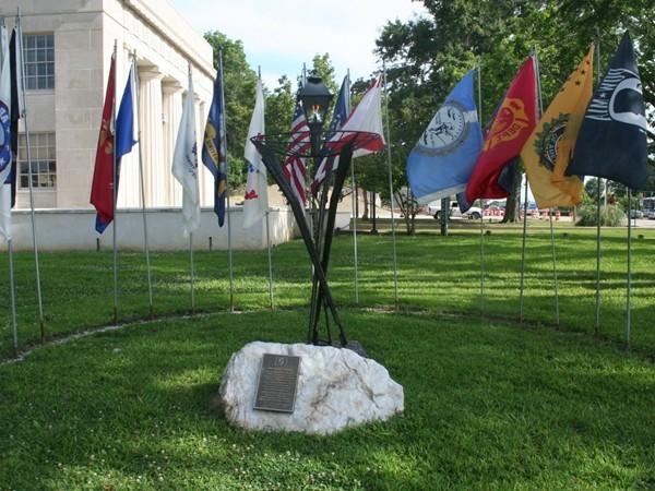 Historical flags in front of the Wetumpka Courthouse