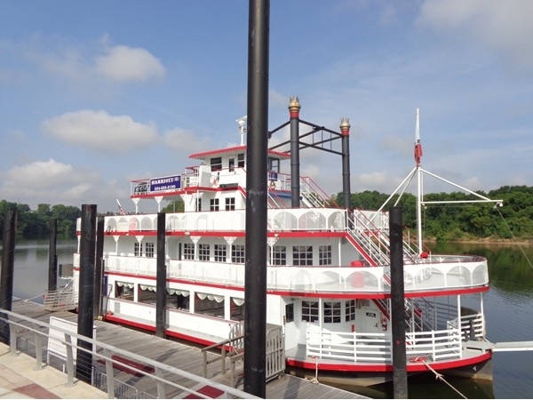 On the Harriott II you can enjoy dinner, dancing, and a beautiful river cruise