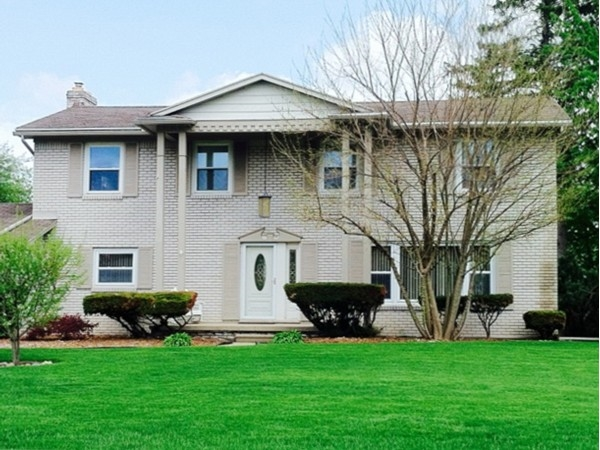 Large colonial style home in Ottawa Hills, Grand Blanc