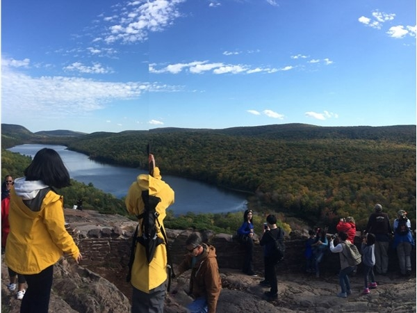Lake of the Clouds attracts color-seeking fans