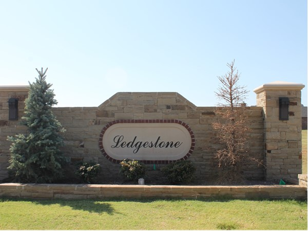 Ledgestone is a brand new neighborhood in a very convenient spot right in Mustang