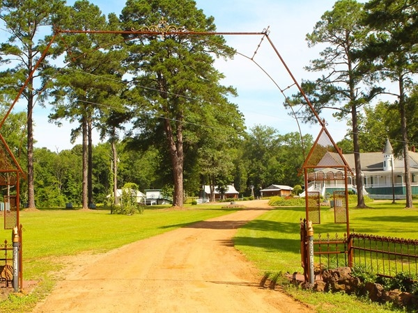 Located in Farmerville, the Edgewood Plantation is a beautiful bed and breakfast