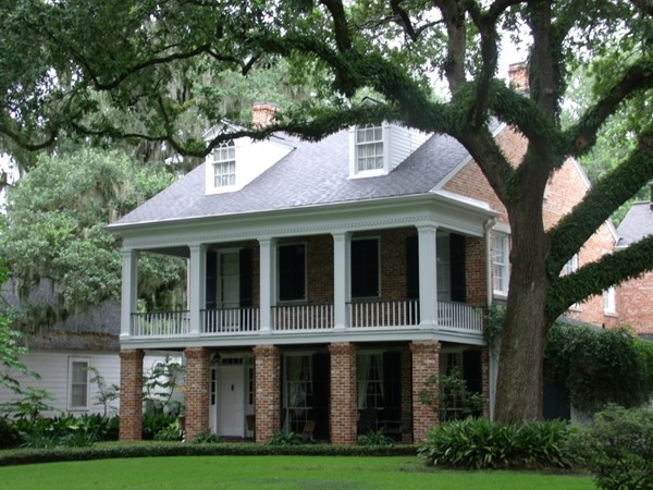 Old South charm still lives in New Iberia -- love the huge trees