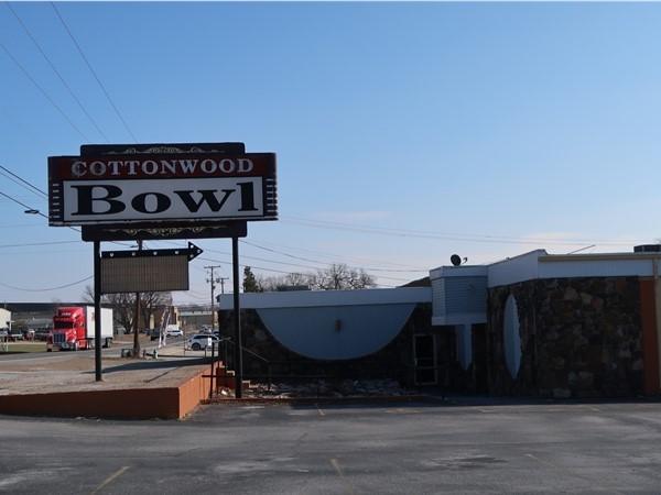 Cottonwood Bowl - strike up good ole fashion fun at the local lanes