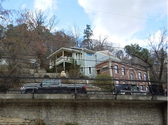 "Can you find ""Humpty Dumpty sitting on the wall"" in Eureka Springs Historic District?"