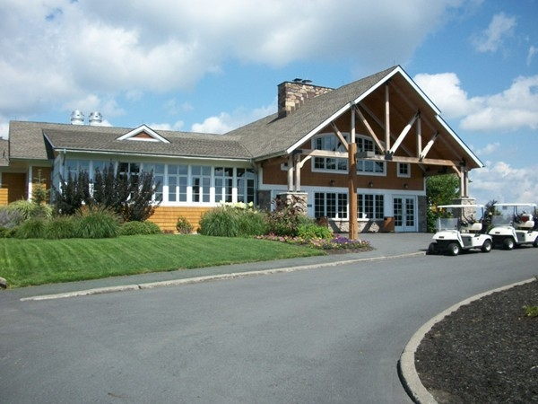 Golfer's enjoy the clubhouse at Thomas Bull Park!