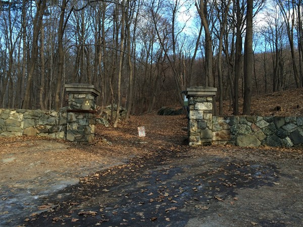 Mountain Road entrance to Storm King Mountain hiking trails