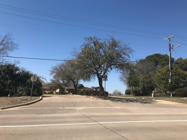 Enter into one of the most established beautiful neighborhoods in Rockwall. Walk to the lake