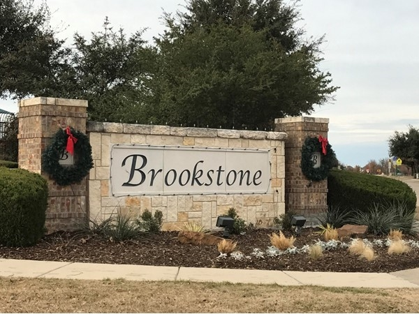 Brookstone entrance decorated for the holidays